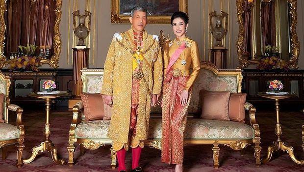 Raja Vajiralongkorn bersama Sineenat Wongvajirapakdi yang telah dicabut gelar selirnya