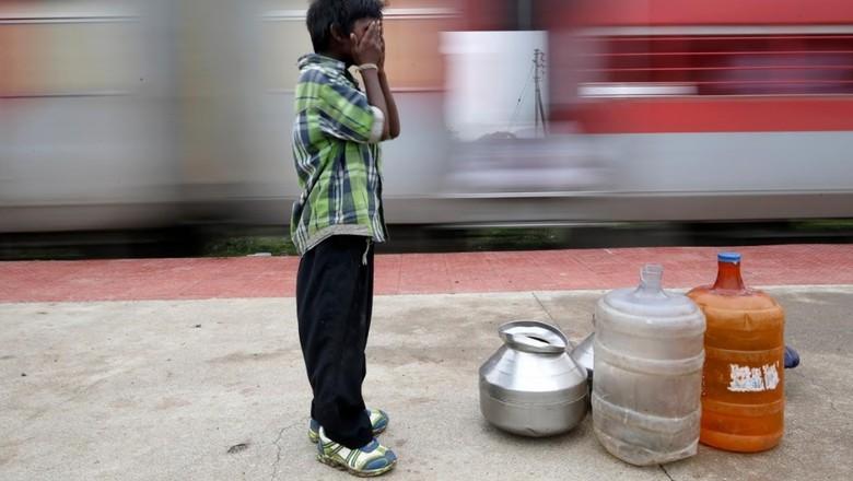 Bocah kecil pengangkut air India (Francis Mascarenhas/Reuters)
