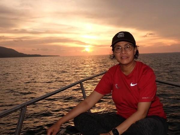 Ibu Sri juga sempat berfoto di atas kapal saat momen sunset tiba. Indahnya bukan main! (@smindrawati/Instagram)