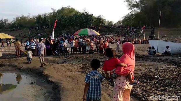 Ratusan warga di Sungai Bengawan Solo yang kering/