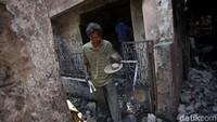 Api menghanguskan 51 rumah di permukiman padat penduduk yang berada di kawasan Jatinegara, Jakarta, Senin (20/10) kemarin.