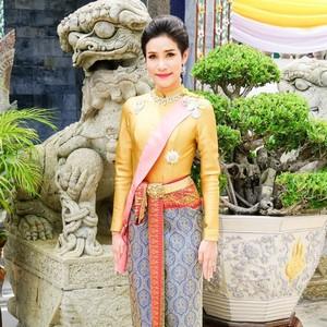 Foto: Gaya Selir Berambut Bondol yang Gelarnya Dicabut Raja Thailand