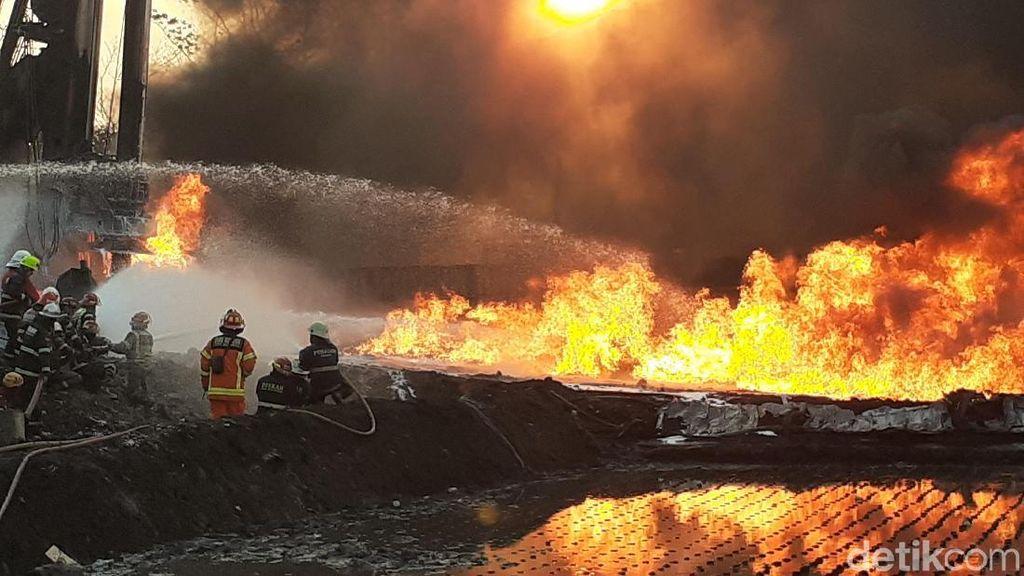 Warga Ronda Malam Setelah Kebakaran Pipa Pertamina di Cimahi