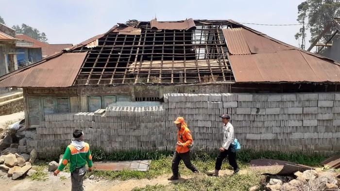 Rumah warga rusak akibat diterjang angin kencang di dataran tinggi Dieng. (Uje Hartono/detikcom)