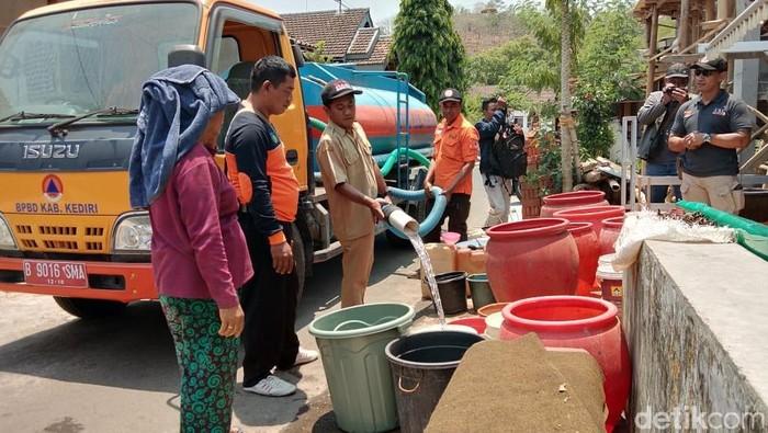 BPBD Kabupaten Kediri dopping air bersih (Foto: Andhika Dwi-detikcom)