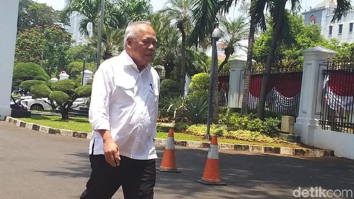 Menteri Basuki datang ke istana negara dengan kemeja putih (Foto: Danang Sugianto)