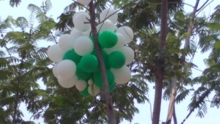 Balon yang diperebutkan warga dan meledak (Foto: Andhika Dwi Saputra/File)