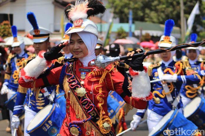 Marching band memeriahkan pembukaan Ajang West Java Paragliding World Championship and Culture Festival 2019 di Kabupaten Sumedang, Jawa Barat.