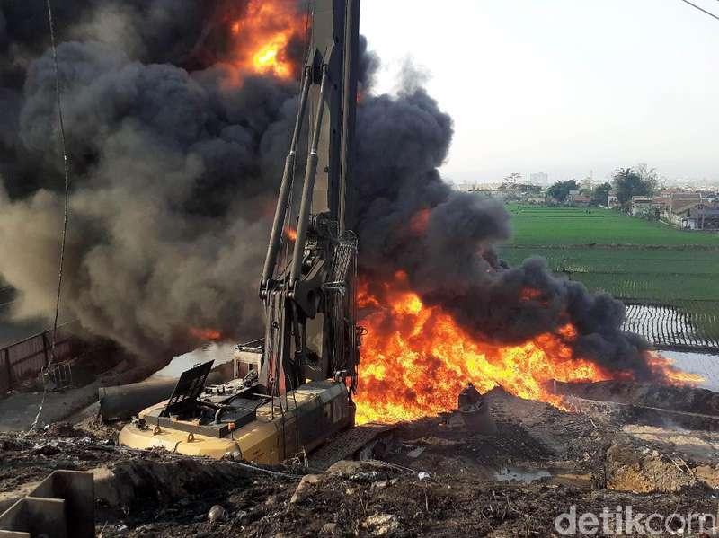 Pipa Pertamina Terbakar di Tol Purbaleunyi