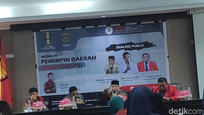 Abdullah Hehamahua dalam diskusi di Unhas, Makassar, Selasa (22/10/2019). (Taufiq/detikcom)