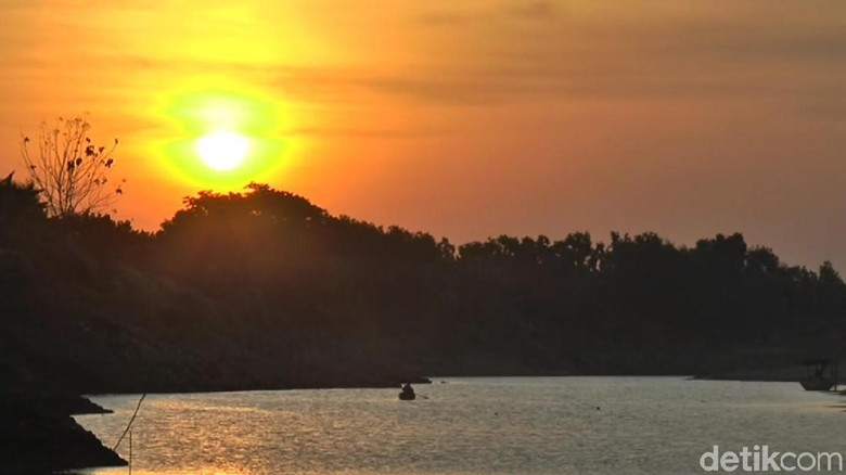 Serunya Warga Lamongan Berburu Sunset di Bengawan Solo yang Kering