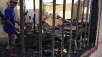 Korban Kebakaran Sentosa Lama Medan Mengais Puing-puing