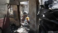 Sejumlah warga mencari berbagai benda berharga yang masih dapat diselamatkan dari rumah mereka yang telah hangus terbakar.