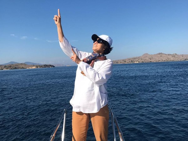 Sri Mulyani pun tampak sangat menikmati liburannya di Taman Nasional Komodo. Ia sampai berpose di atas kapal (@smindrawati/Instagram)