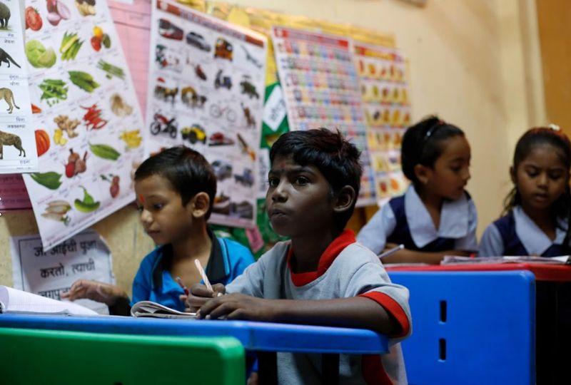 Namanya Sakshi Graud, berusia 9 tahun. Setiap hari sepulang sekolah dia bersama teman-temannya menuju stasiun kereta (Francis Mascarenhas/Reuters)