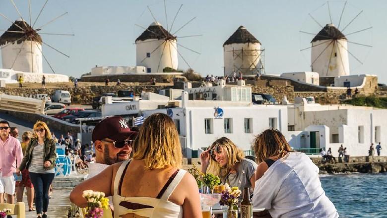 Ilustrasi turis di Mykonos, Yunani. (Foto: KenWiedemann/iStock)