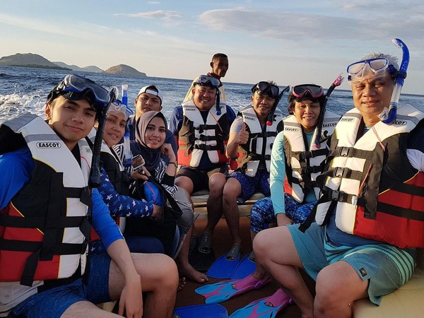 Tak lengkap liburan di Taman Nasional Komodo tanpa menjajal keindahan bawah lautnya. Ibu Sri juga sempat snorkeling bareng keluarganya (@smindrawati/Instagram)