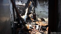 Terlihat beberapa bangunan hangus terbakar, mulai dari atap hingga ke bagian bawah rumah. Udara di sekitar lokasi masih tampak berdebu.