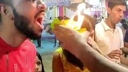 Wah! Pria Ini Melahap Fire Paan yang Berkobar Langsung ke Mulutnya