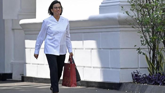 Mantan Menteri Keuangan Sri Mulyani Indrawati meninggalkan Kompleks Istana Kepresidenan di Jakarta, Selasa (22/10/2019). ANTARA FOTO/Puspa Perwitasari/foc.