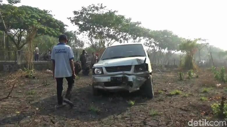 Ban Pecah, Mobil Rombongan Takziah Oleng Tabrak Pagar Pabrik