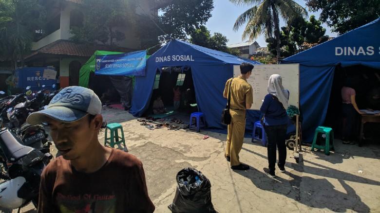 Korban Kebakaran Jatinegara Mulai Bersihkan Puing, Tenda Didirikan