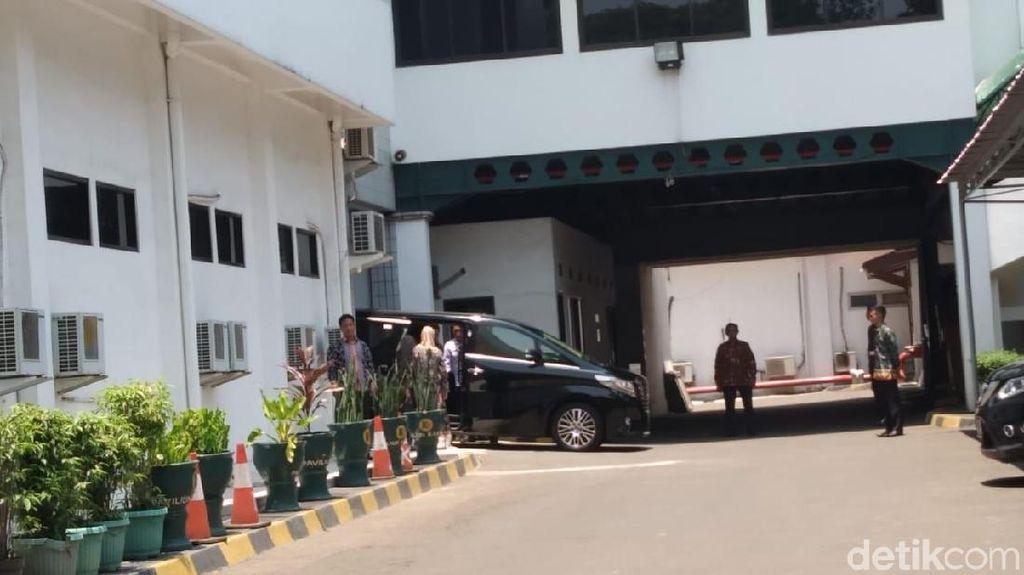 Didampingi Istri, Wiranto Tinggalkan RSPAD Gatot Soebroto