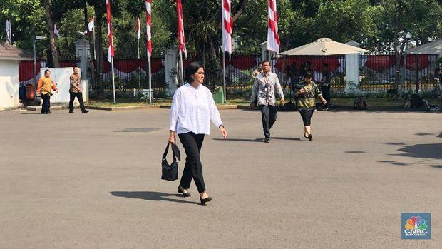 Pakai Baju Putih Sri Mulyani Tiba di Istana