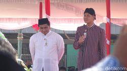 Bergaya Santri Jawa Jadul, Gubernur Ganjar Pimpin Apel Hari Santri