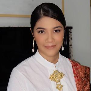 Cantiknya Istri Nadiem Pakai Kebaya dan Anting Unik di Pelantikan Menteri