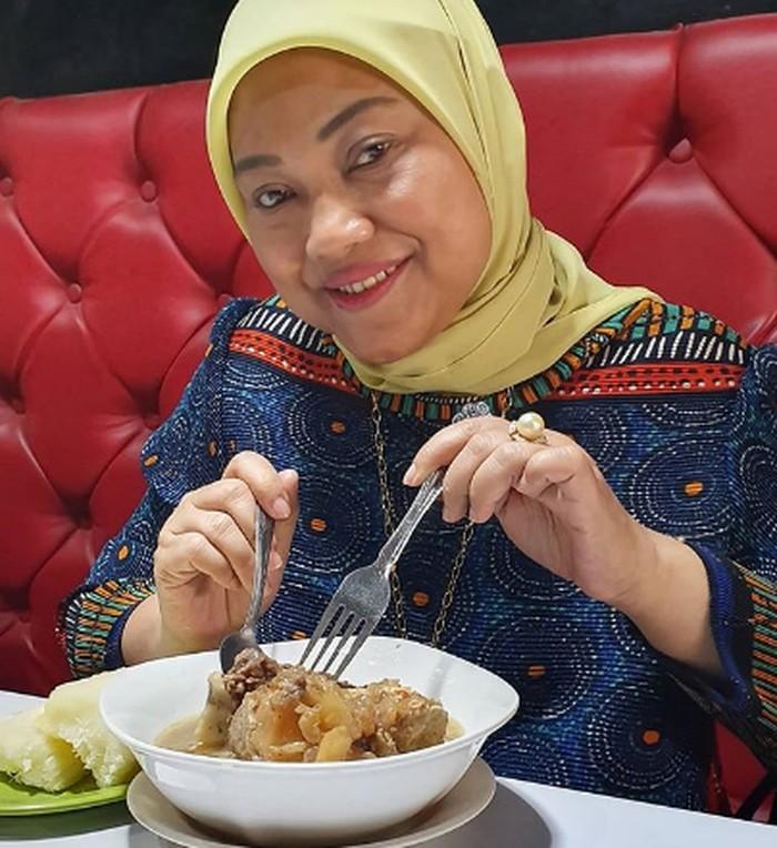 Resmi ditunjuk Jokowi sebagai Menteri Ketenagakerjaan, ternyata Ida Fauziyah doyan kulineran dengan menu makanan khas Indonesia. Seperti makanan Kaledo khas dari Palu. Foto: Instagram @idafauziyahnu