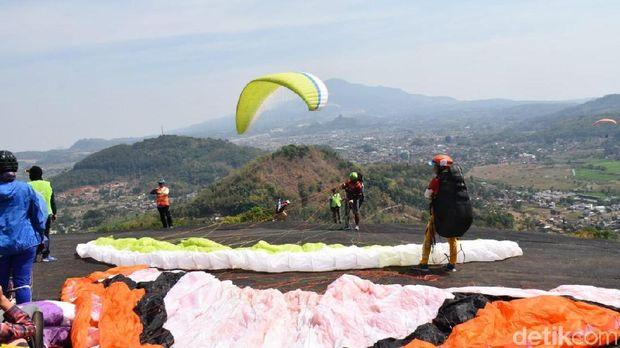 Batu Dua, Spot Terbaik Paralayang dengan Pemandangan Menawan