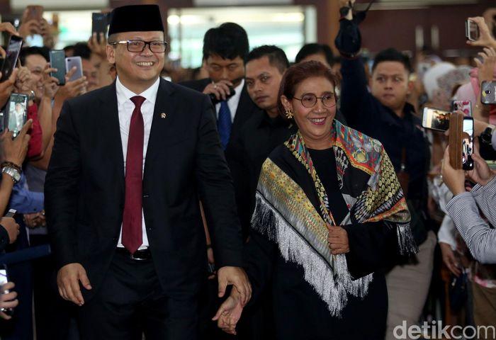 Menteri Kelautan dan Perikanan periode 2014-2019 Susi Pudjiastuti hadiri acara pisah-sambut di Kementerian Kelautan dan Perikanan (KKP). Nampak pula Menteri Kelautan dan Perikanan periode 2019-2024 Edhy Prabowo di acara yang digelar di Jakarta, Rabu (23/10/2019), tersebut.