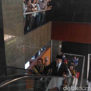 Akrab! Momen Edhy Prabowo dan Susi Bergandengan Tangan