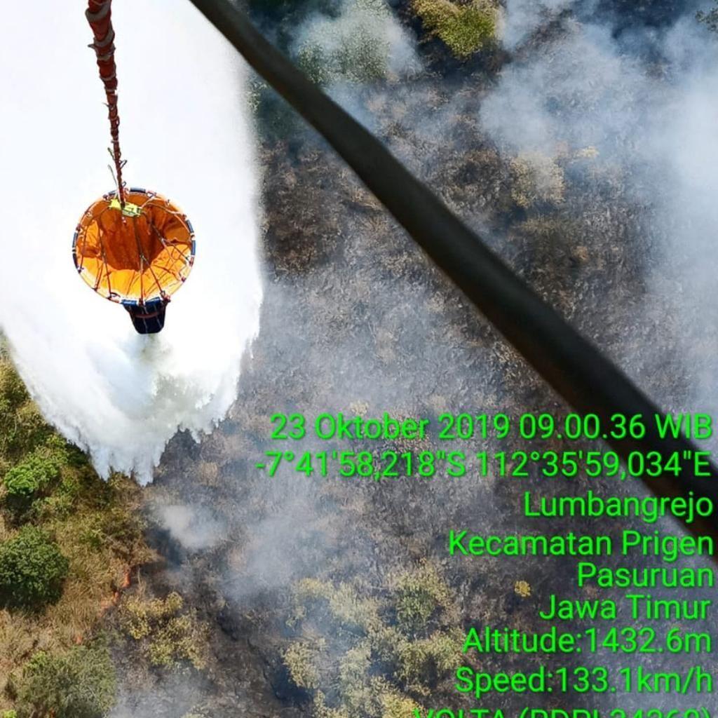 Water Bombing Dilakukan untuk Padamkan Kebakaran Gunung Welirang