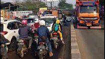 Ada Truk Terguling di Jalan Serang-Cilegon, Lalin Macet Parah