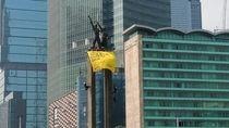 Greenpeace Pasang Spanduk di Bundaran HI, Polisi Minta 6 Pemanjat Turun