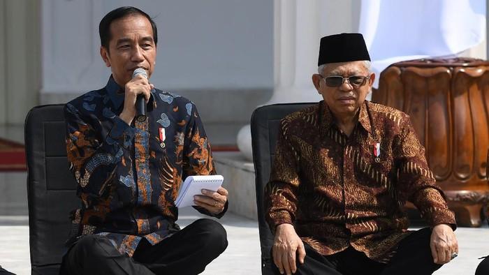 Presiden Joko Widodo (kiri) didampingi Wapres Maruf Amin memperkenalkan jajaran menteri Kabinet Indonesia Maju di tangga beranda Istana Merdeka, Jakarta, Rabu (23/10/2019). ANTARA FOTO/Wahyu Putro A/foc.
