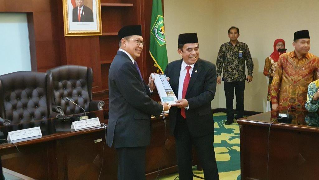 Sertijab Menag, Lukman Serahkan Memori Jabatan ke Fachrul Razi