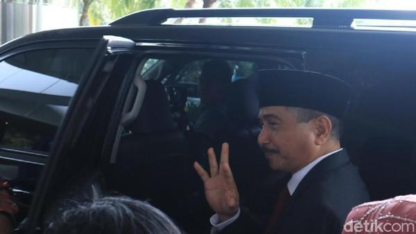 Arief Yahya melempar lambaian tangan pada jajaran staff dan eselon Kemenpar sambil berlalu ke mobilnya (Randy/detikcom)