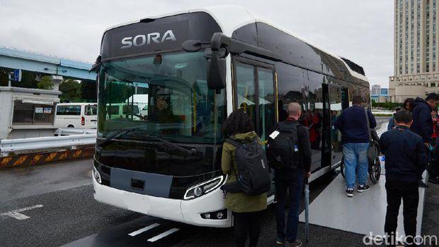 Canggih! Sopir Bus Ini Bisa Lepas Tangan saat Tiba di Terminal