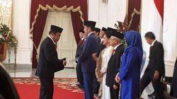 Ganti Jas dan Kebaya, Menteri-menteri Terima Keppres dari Jokowi
