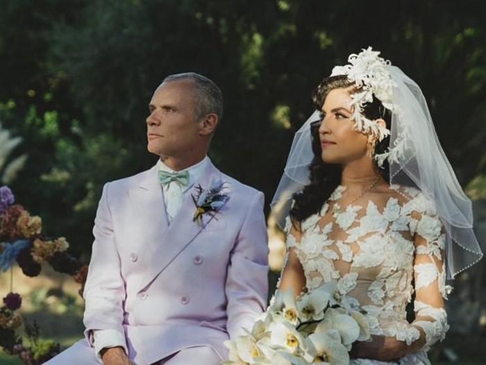 Basis Red Htt Chili Peppers (RHCP) Flea menikah pakai sneakers buatan istri. (Foto: Instagram/@flea333)