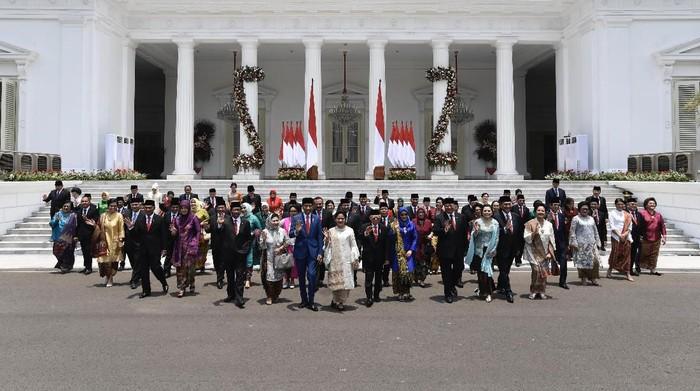 Presiden Joko Widodo didampingi Wapres Maruf Amin berfoto bersama jajaran menteri Kabinet Indonesia Maju yang baru dilantik dengan didampingi istri dan suami mereka di Istana Merdeka, Jakarta, Rabu (23/10/2019). ANTARA FOTO/Puspa Perwitasari/foc.