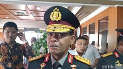 Hormat Komjen Idham Azis saat Dikenalkan Tito Karnavian Jadi Calon Kapolri