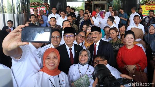 Tepat siang tadi, Rabu (23/10), mantan Menpar Arief Yahya menyerahkah mandat pada penerusnya, Menparekraf Wishnutama. Usai sertijab, keduanya tampak berfoto selfie bersama jajarannya (Randy/detikcom)