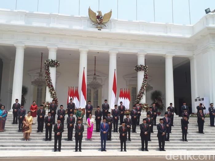 Para menteri Kabinet Indonesia Maju berfoto bersama usai pelantikan di Istana.