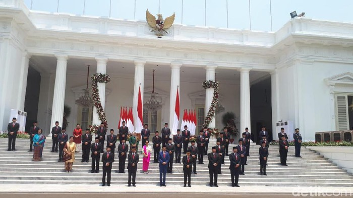 Jokowi-Maruf foto bersama menteri Kabinet Indonesia Maju.
