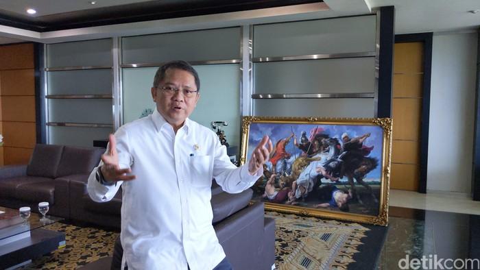 Rudiantara beres-beres di kantornya. Foto: Agus Tri Haryanto/detikINET