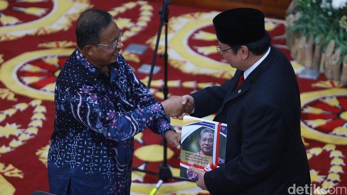Sore hari ini, Rabu (23/10/2019), tepatnya pukul 16.20 WIB, pejabat lama Menteri Koordinator Bidang Perekonomian Darmin Nasution menyerahkan jabatannya kepada Airlangga.